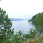 K chladnému Mavrovskému jezeru obklíčenému horskými velikány