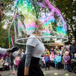 Tipy na babí léto vPlzni: Ulice zaplní umělci i vědecké pokusy